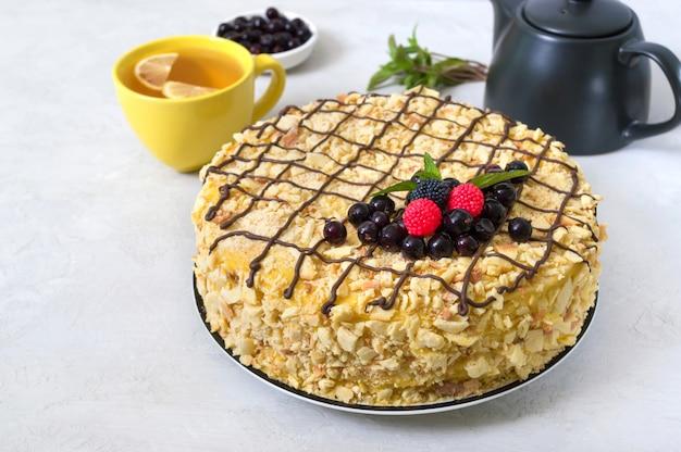 Delizioso dessert festivo a strati con pasta sfoglia e crema pasticcera decorata con frutti di bosco freschi