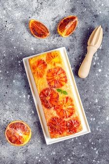Delizioso dessert francese tatin di crostata con arancia rossa.