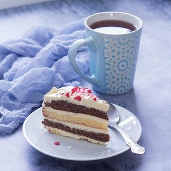 Delizioso dessert. un pezzo di torta e una tazza di tè