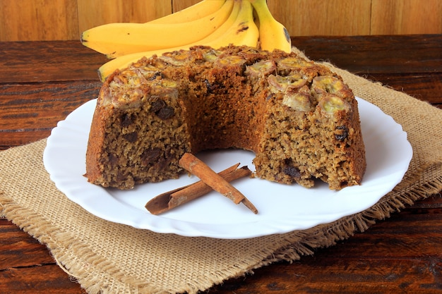 Delizioso dolce alla banana sano fatto in casa biologico, senza glutine, sul tavolo di legno rustico