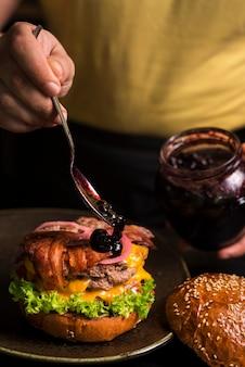 Delizioso doppio hamburger con formaggio e pancetta