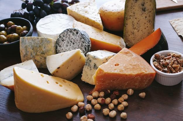 Delizioso formaggio sul tavolo