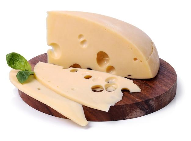 Delizioso formaggio sulla tavola di legno