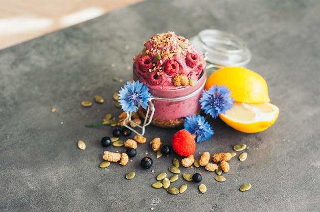 Delizioso gelato al lampone con semi di zucca e semi di canapa