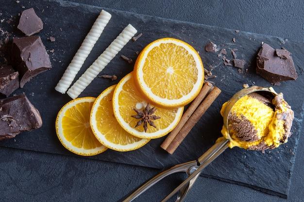 Delizioso gelato combinato al cioccolato e alla vaniglia