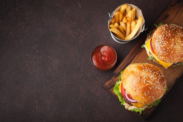 Delizioso hamburger fatto in casa fresco.