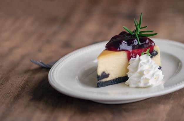 Delizioso mirtillo new york cheesecake e panna montata panetteria artigianale per caffè o torta di compleanno.