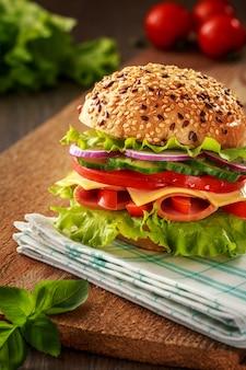 Delizioso panino con prosciutto, formaggio e salame