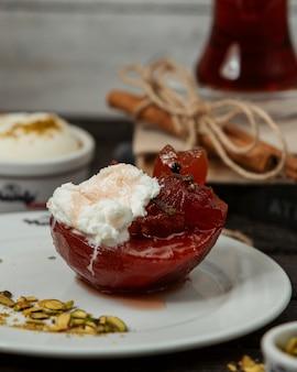 Delizioso piacere rosso nel piatto