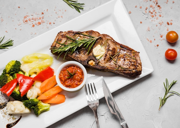 Delizioso piatto di pesce con verdure