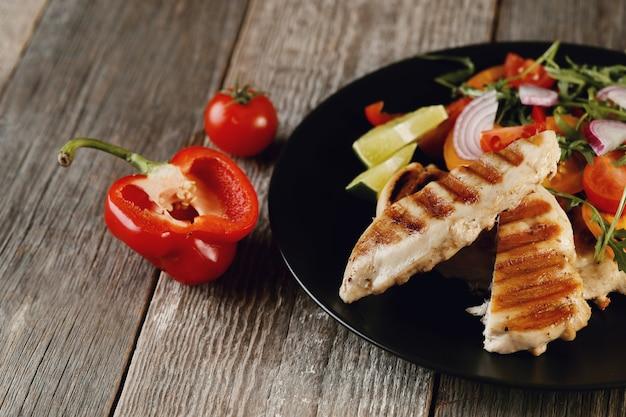 Delizioso pollo alla griglia con verdure per cena