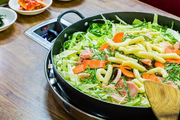 Delizioso pranzo con cavoli e carote