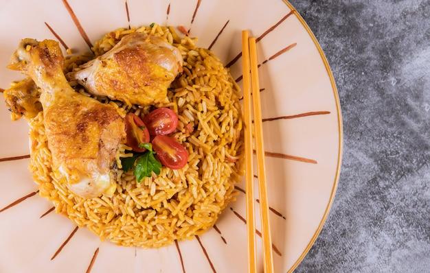 Delizioso risotto con vista dall'alto di pollo.