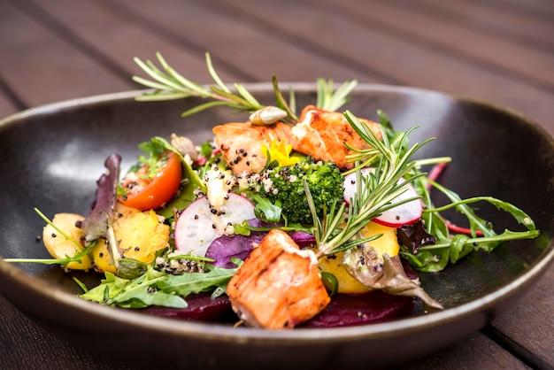 Delizioso salmone servito con erbe