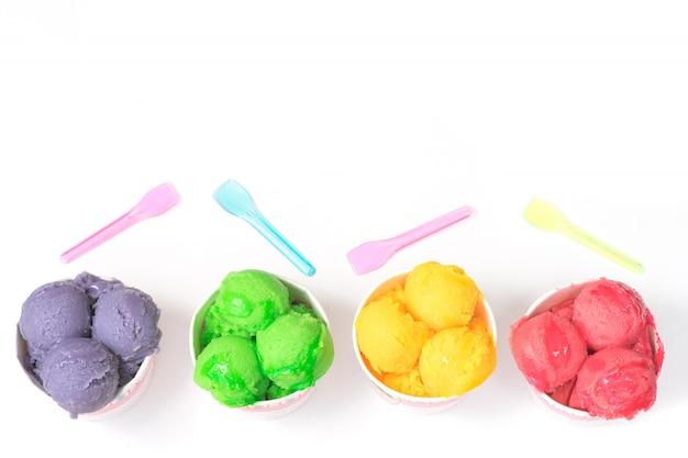 Delizioso sorbetto di gelato alla frutta in bicchieri di carta. vista dall'alto