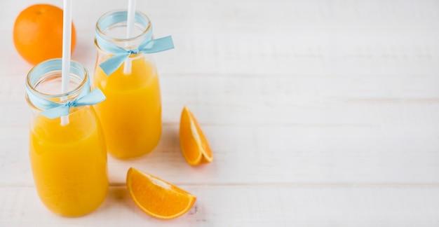 Delizioso succo d'arancia fatto in casa con spazio di copia