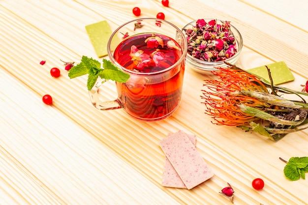 Delizioso tè alla rosa verde estivo