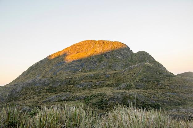 Della sottile pista di montagna in brasile