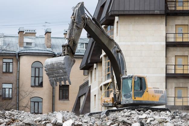 Demolizione dell'edificio, utilizzando uno speciale demolitore-escavatore idraulico
