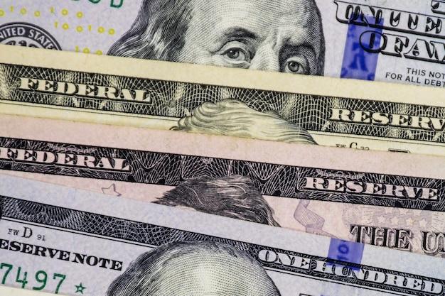 Denaro contante in dollari americani. da dollari statunitensi. banconote diverse