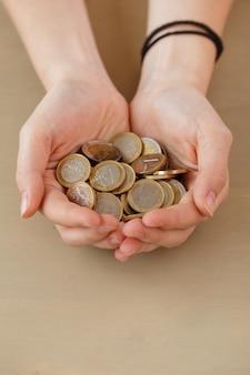 Denaro, finanza. donna con un mucchio di monete