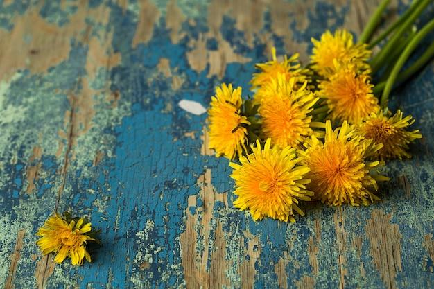 Denti di leone su superficie di legno rustica. floreale