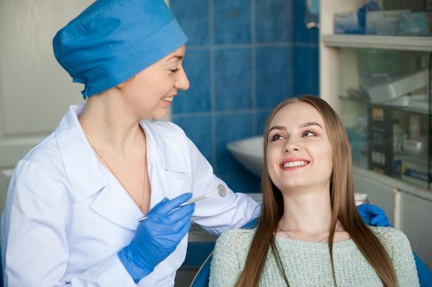Dentista che esamina i denti di un paziente. medicina professionale.