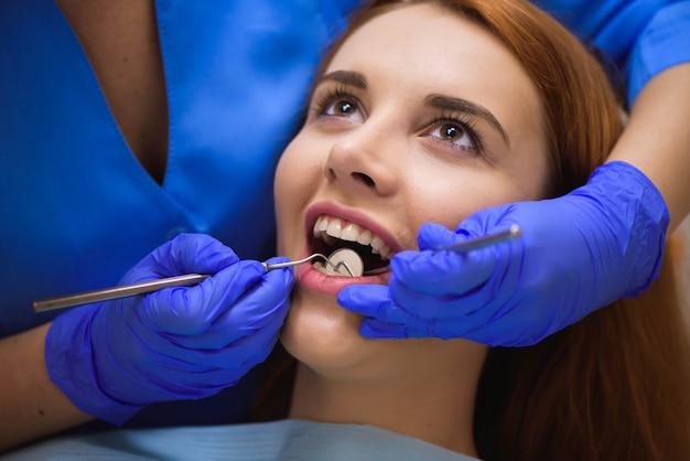 Dentista che esamina i denti di un paziente nel dentista.
