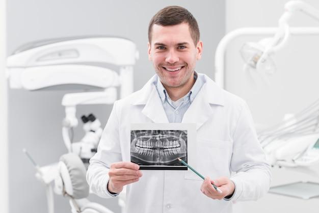 Dentista che presenta la scansione dei denti