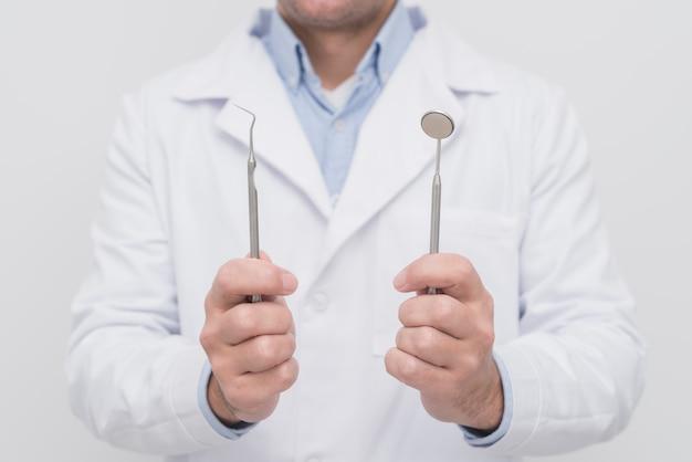 Dentista che presenta strumenti