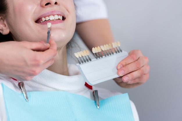 Dentista del primo piano che esegue trattamento