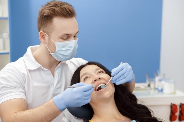 Dentista di visita della donna senior alla clinica dentale