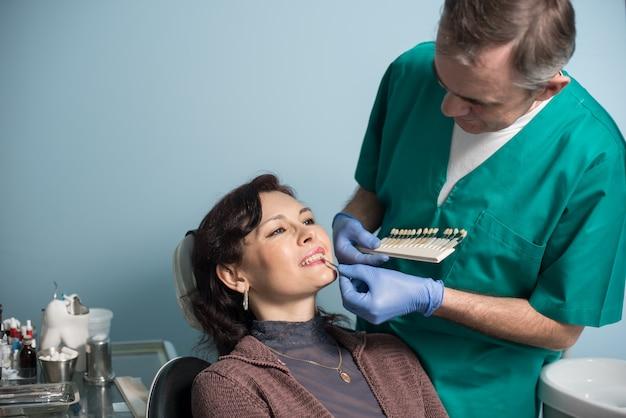 Dentista e paziente di sesso femminile