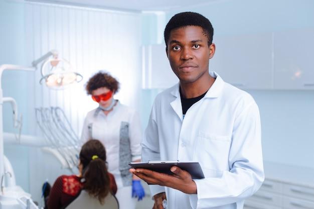 Dentista nero in una clinica dentale
