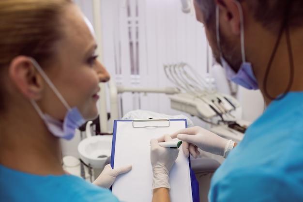 Dentisti che interagiscono tra loro