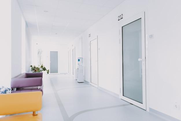 Dentro l'interno della sala d'aspetto della nuova clinica dentale