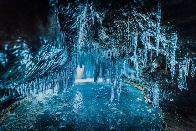 Dentro la caverna di ghiaccio blu nel lago baikal, siberia, russia orientale.
