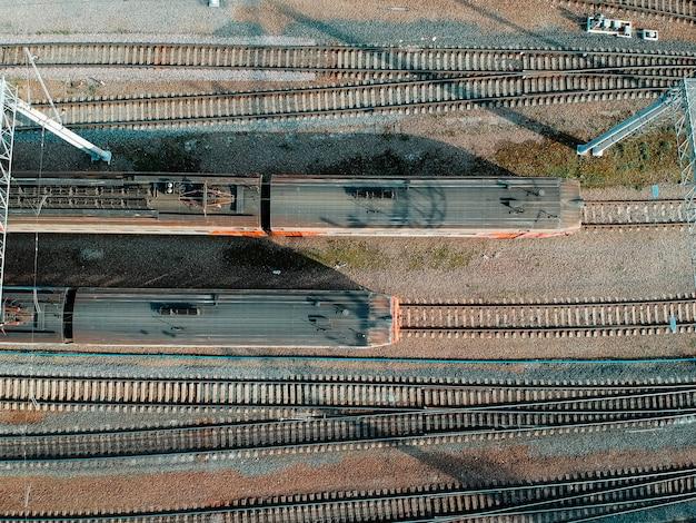 Depositi, binari, scambi e treni di aerialphoto. san pietroburgo, russia. flatley