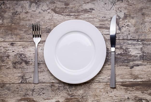 Derida sul piatto sulla tavola di legno