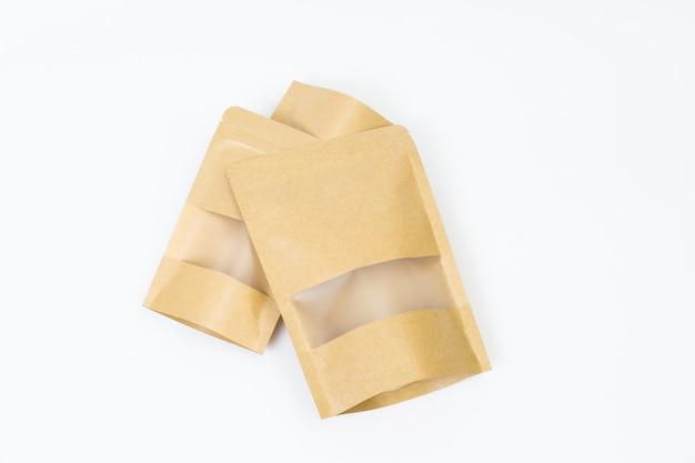 Derida sul sacco di carta dello spuntino su spazio bianco