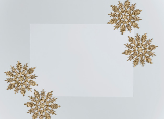 Derida sulla composizione in natale con le decorazioni e il fiocco di neve con i coriandoli della stella su bianco. inverno,. vista piana, vista dall'alto, copyspace.