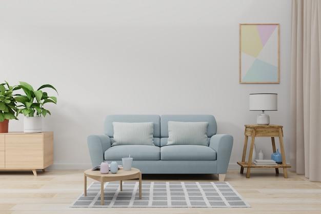 Derida sulla parete in salone con il sofà, le piante e la tavola blu sulla parete bianca vuota.