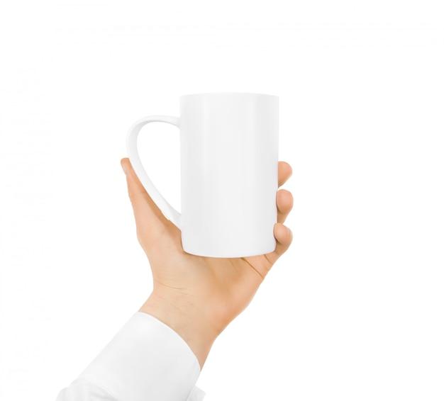 Derisione in bianco bianca della tazza in bianco della tenuta della mano isolata