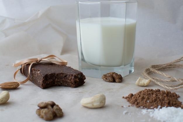 Deserti grezzi sane. concetto sano bar naturali dolci e utili.