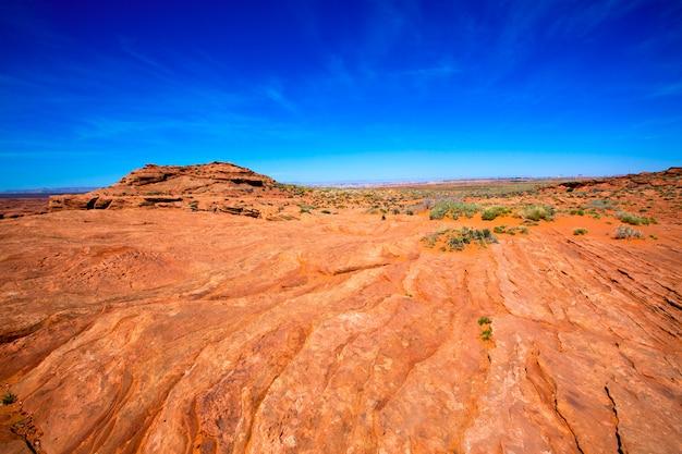 Deserto dell'arizona vicino al terreno arancio ed al cielo blu di usa del fiume colorado