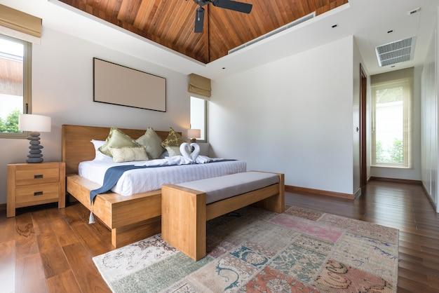 Design degli interni in camera da letto con accogliente letto king size.