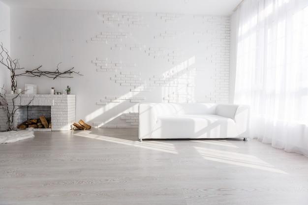 Design degli interni luminoso e pulito di un soggiorno di lusso con pavimenti in legno, camino