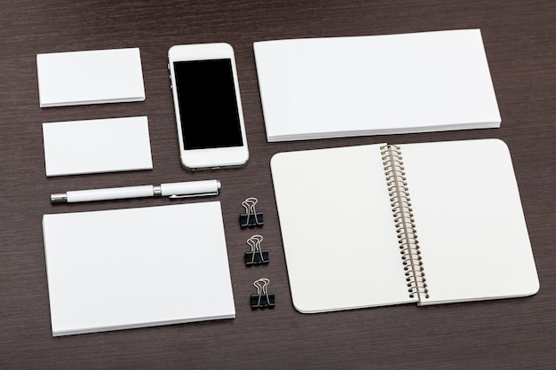Design di carta intestata e identità con piano piatto per smartphone