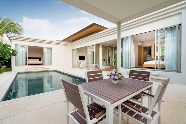 Design interno ed esterno del tavolo da pranzo all'aperto dalla terrazza della piscina di villa, casa e casa
