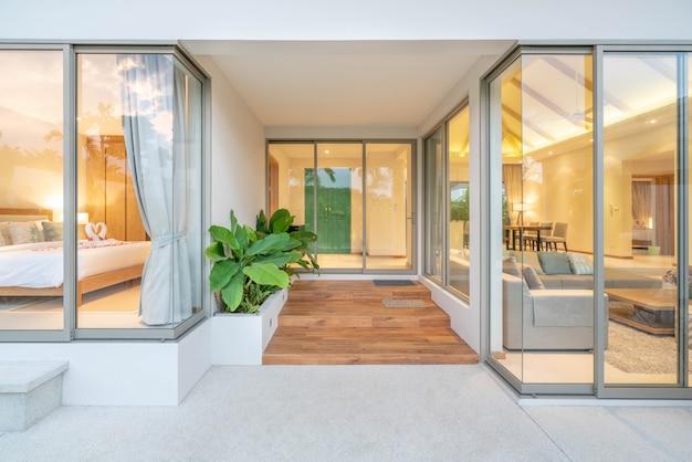 Design interno ed esterno della villa con piscina con soggiorno e camera da letto nella casa o nell'edificio principale